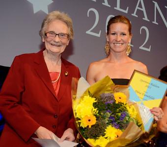 Sportens riddare: Dina Danekilde. Prisutdelare: Christina Odenberg, ordf Jockeyklubben | Galoppgalan 2012 - Vinterträdgården Grand Hotel |  Foto: Stefan Olsson / Svensk Galopp