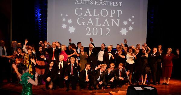 Slutvinjett med samtliga vinnare uppe på scenen | Galoppgalan 2012 - Vinterträdgården Grand Hotel |  Foto: Stefan Olsson / Svensk Galopp