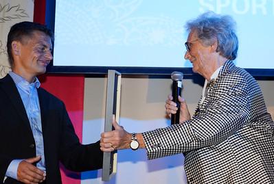 Per-Anders Gråberg fick priset Sportens Riddare av Jockeklubbens Christina Odenberg | Årets Hästfest i Malmö 160130 | Foto: Stefan Olsson / Svensk Galopp