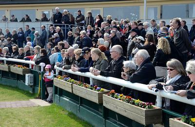 Mycket folk kring levolten | Kick Off Riksgaloppen 2012 | Jägersro 120416 |  Foto: Stefan Olsson / Svensk Galopp