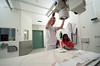 Anisha er på kontroll på Narvik Sykehus 19. januar 2011. Sjekk av brudd i hånd. Gips er fjernet. Nå røntgen og etterkontroll. Radiograf Karl Inge Larsen.