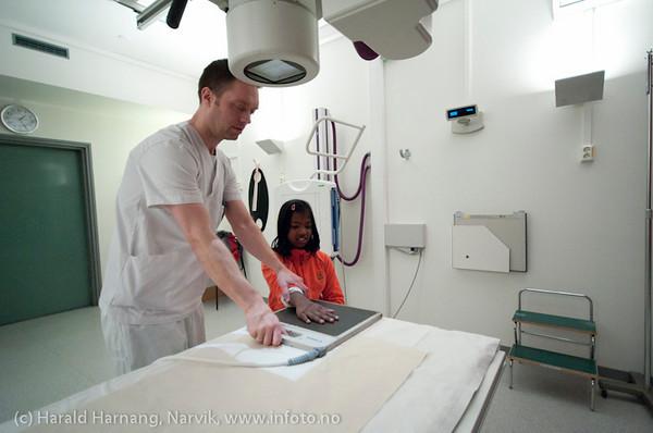 Anisha er på kontroll på Narvik Sykehus 19. januar 2011. Sjekk av brudd i hånd. Gips er fjernet. Nå røntgen og etterkontroll. Radiograf Karl Inge Larsen