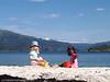 Frida og Anisha ytterst i Efjorden, ved Valle, og med Frostisen langt i bakgrunnen.