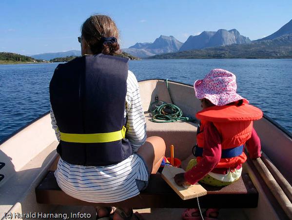 Efjord. I bakgrunnen fjellformasjonen Kuglhornet.