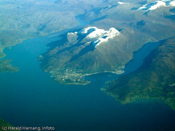 Flyfoto fra SAS i 33.000 fots høyde en klar høstdag. Narvik og Ankenes.