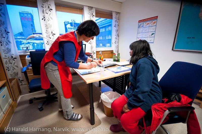 Ikke noe problem med drikkevaksine. Vaksinasjon hos helsesøster Gun Roaldset på vaksinasjonskontor i gml el-verkbygg, Kongensgate. 12. jan 2012.