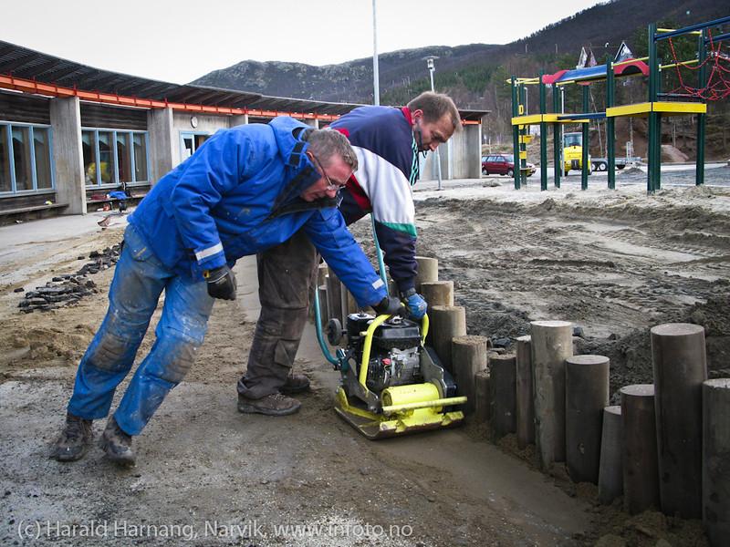 Dugnad har solid norsk tradisjon. Rektor og noen fedre ved Skistua Skole saget og satte ned stolper som balansegjerde 21. og 22. oktober 2011.  Det hjelper på at man er selvforsynt med gravemaskin og dumper.