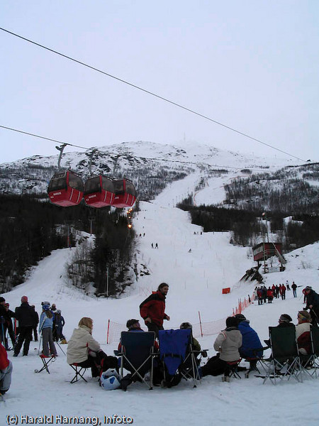 Familie/support-camp ved målområdet under slalomstevne i Narvik. Gondoler på vei opp.