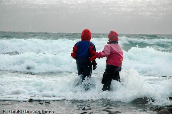 Unger elsker vann, også i store doser. Treff i fjæra i uvær ble en stor opplevelse for mange unger. De kom hjem våte og lykkelige etter kontakten med naturkreftene.