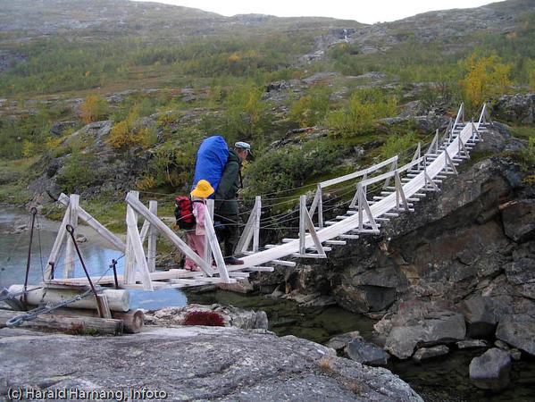 Narvik og Omegn Turistforening har et solid tilbud av hytter og løyper på Skjomfjellet. Hengebrua over Nordelva på tur opp fra Stasjonsjolmen til Losihyttene.