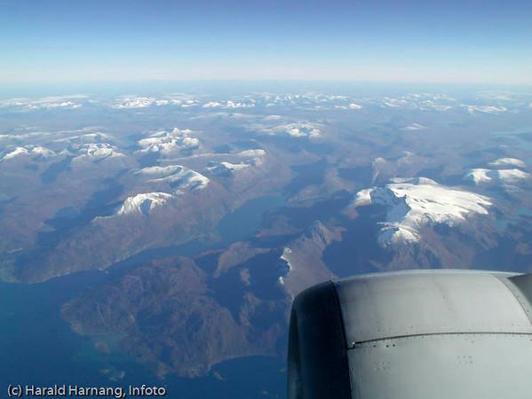 Flyfoto fra 33.000 fot: Skjomen går innover fra venstre kant.
