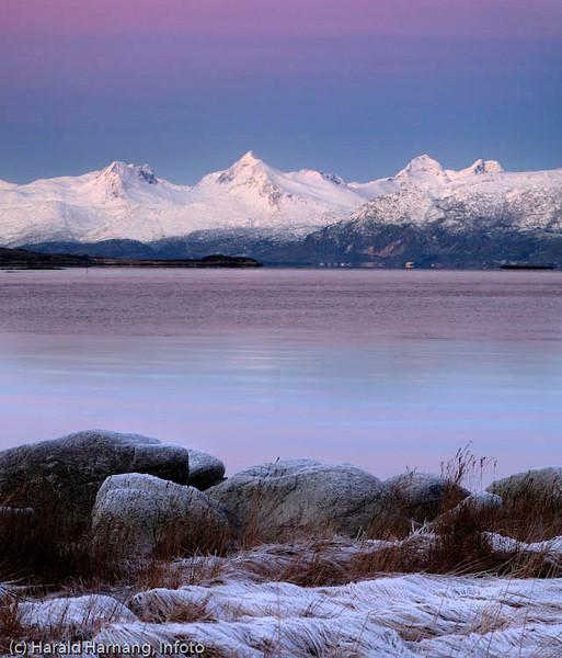 Mørketidsbilde, foto fra Efjord tvers over fjorden der vi ser Lødingen vestbygd i bakgrunnen, pluss fjellene i Vesterålen.
