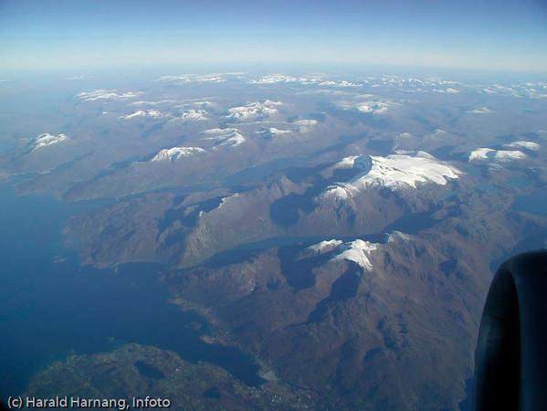 Flyfoto fra SAS i 33.000 fots høyde en klar høstdag. Ballangen sees lengst nede.