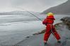 Glatt berg og sterk straum ved Efjordbruene. Da er det trygt med solid taug i redningsvesten.