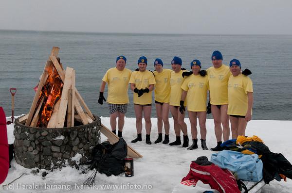 Lørdag 5. mars 2011: Medlemmer i polsk tilreisende isbader-klubb koser seg i vannet i Ornesvika. Vannet holder + 2 grader. På land ca - 2. Snøbygene går tett i bakgrunnen.
