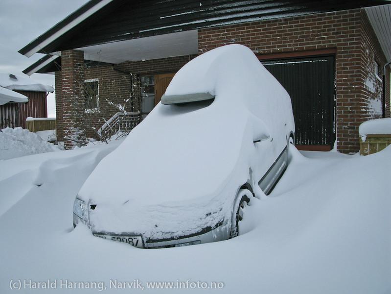 26. mars 2011: Det hadde snødd masse i løpet av natta. Litt av en jobb å måke frem bilen - og siden måke vei ut til gata (gjennom brøytekantene).