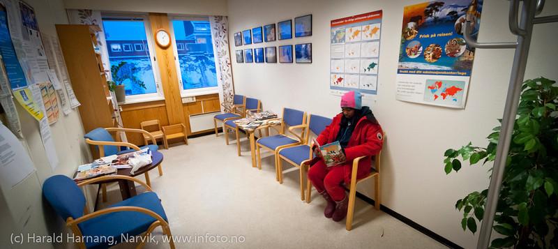 Vente i 20 minutter etterpå er obligatorisk. Vaksinasjon hos helsesøster Gun Roaldset på vaksinasjonskontor i gml el-verkbygg, Kongensgate. 12. jan 2012.