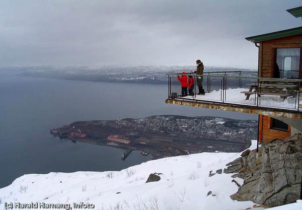 Øvre fjellheisstasjon, utsikt mot havna og Narvik.