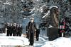 """Minnehøytidelighet i forbindelse med at KNM Narvik var på sin siste tur i """"hjembyen"""" før den gikk i opplag. Monument over falne fra panserskipene Norge og Eidsvold i april 1940."""