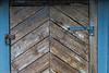 Naust-dør låst med rustet hengelås. 5. juli 2021.
