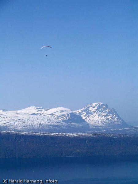 Hangglider over Herjangsfjellene. Man hopper ut fra øvre fjellheis-stasjon og kan  lande ved nedre - eller på Fagernes.