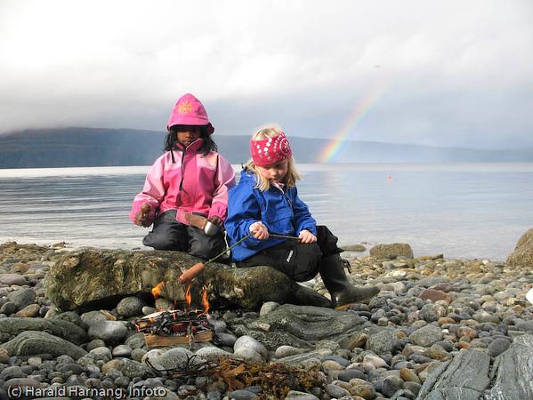 Fra tursti fra Jaklamyra til Vassvikkaia, ferdig sommer 2007. Pølsegrilling i fjæra med sol og regnbyger.