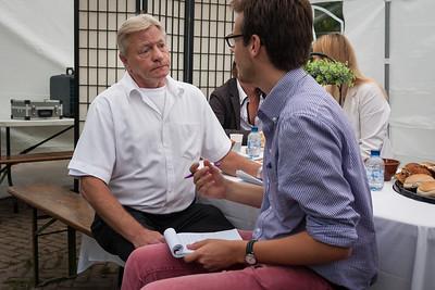 Alex Schokker met een journalist
