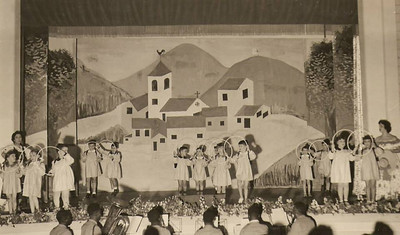 Dundo em 1953, ensaiado pela Maria Helena Noronha Feyo  Ao fundo, à esquerda, Sérgio Simões e Quim Bexiga Milu Videira