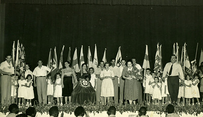 Infância em Flor - 1952  Agradecimento final  A figura central é a Maria Helena Noronha Feyo e à sua esquerda está o Rosendo. Do seu lado direiro a loirinha de branco é a Raquel Conde e de óculos atrás o Ricardo Barata. Mais para o lado está o enfermeiro Leopoldo e o último talvez seja o enfermeiro Poeira. Calixto