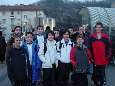 US Divers pose at bus stop with Chinese divers