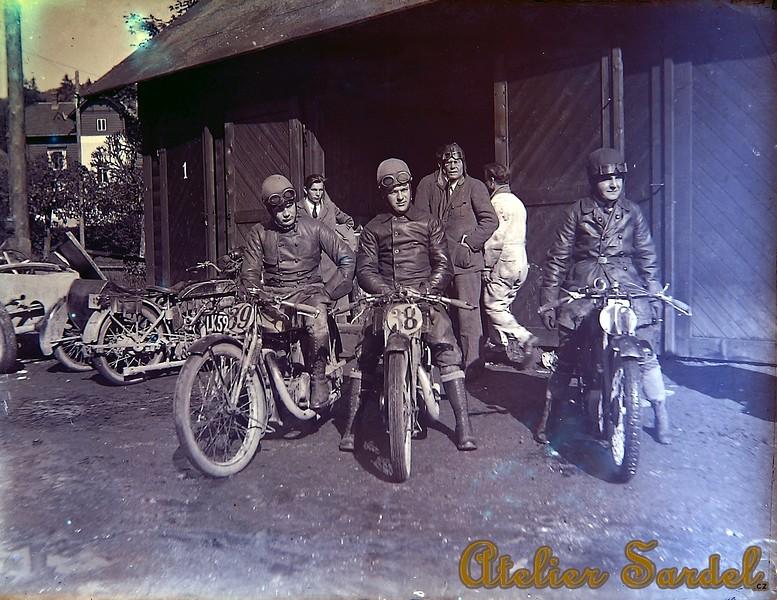 Saroléa motos. Jezdci zleva doprava: Tom, Bonivert, Stavíček (ČSR). Vzadu: Vidal, Donis (technik od Saroléa). I. Čsl. Tourist Trophy, Karlova studánka, 1926