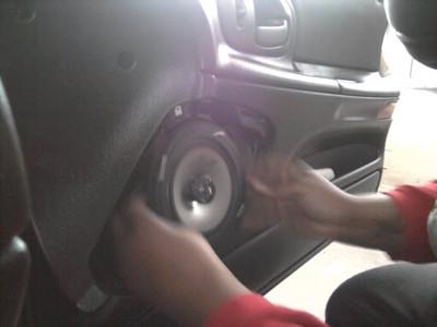"Installing aftermarket speaker and speaker adapter   <a href=""http://www.car-speaker-adapters.com/items.php?id=SAK011""> Car-Speaker-Adapters.com</a>"