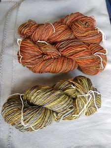Spinsels uit het herfstpallet. Aan de oranje-bruin-rode zijn ramie-vezels in die kleuren toegevoegd. Aan de grijs-groen-paarse zijn viscosevezels in paars, bruin en geel toegevoegd. Vezels afkomstig van de weversmarkt in Hoorn.