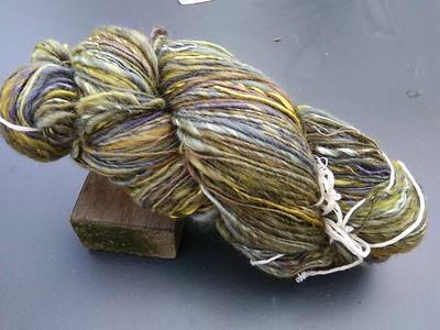 O.a. gebreid met deze paars-grijs-gele streng uit de 'Herfst-collectie'