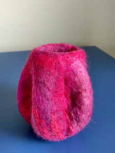 Weer voegen de rode en roze zijdevezels door de adering en de kleurintensiteit extra diepte toe.