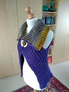 Op verschillende manieren te dragen, kraag laag en breed of hoog en smaller.