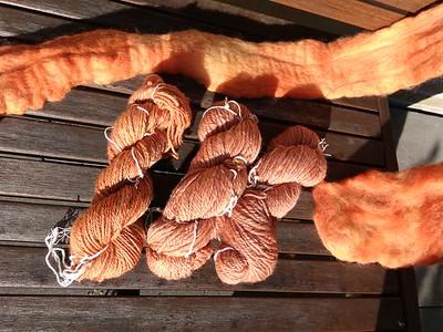 De wol is met 'solar dyeing' geverfd, de zonnepot dus!