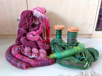 Gebreid met de eerder gesponnen, op hortensiakleuren geïnspireerde wol