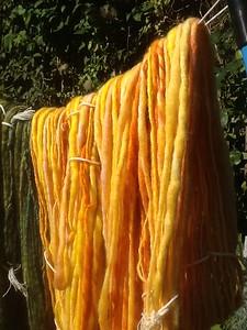 De 2 gele strengen als eerste gesponnen, op spintol