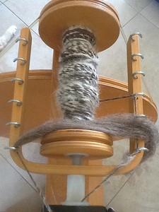 Bruine wol met Västgötaspetshaar, nog op het spinnewiel