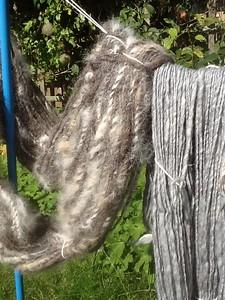 Naturel donkerbruine wol, vermengd met de haren van mijn honden (Västgötaspetsen)