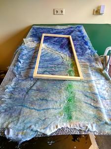 Na het viltproces past het viltwerk om het houten frame - zo veel krimpt de wol tijdens het vilten (30-40%).