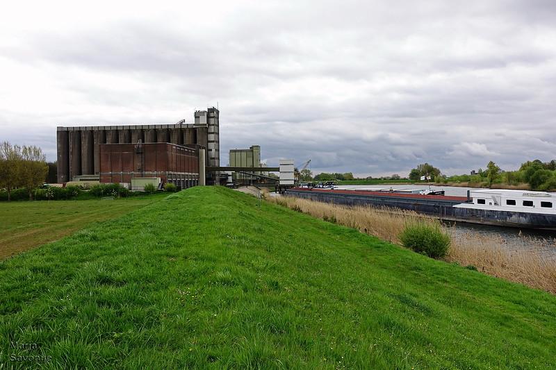 Fabriek met schip