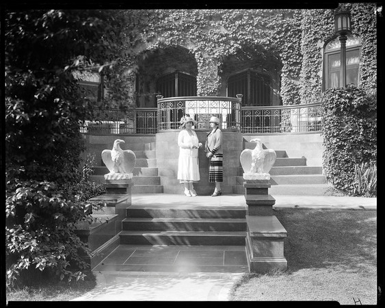 Estelle Doheny & Daysie May Anderson, Doheny Mansion, Los Angeles, Calif., ca. 1902-1920?