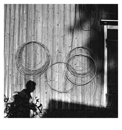 Drahtrollen an einer Holzwand, Ransaeter, Värmlands län (Schweden), 15. August 2015