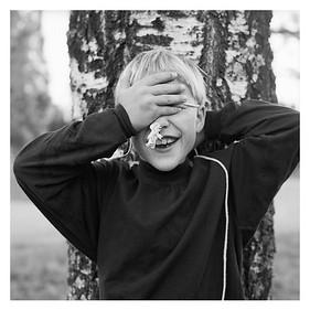 Stefan beim Versteckspielen, Horndal (Provinz Dalarnas län, Schweden), 10. August 1996