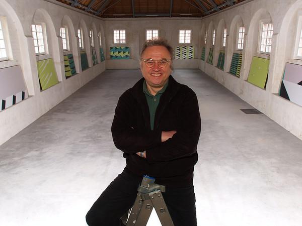 Aufbau der Ausstellung von Jupp Gauchel (auf dem Photo) im Marstall Schloss Rastatt