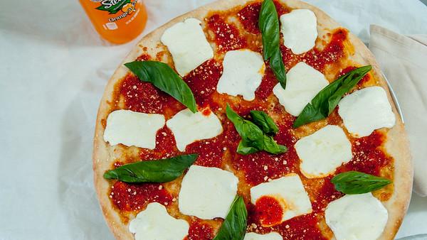 JoesPizzeriaMargaritaPizza-3554