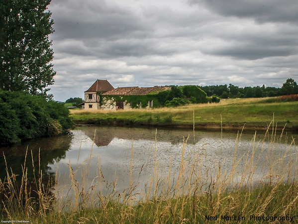 A home on pond in Saussignac, France