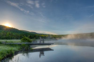 Lever du jour brumeux sur un lac de Dixville